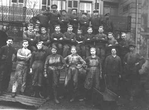 Arbeiterinnen und Arbeiter des Eisenwerks im Ersten Weltkrieg
